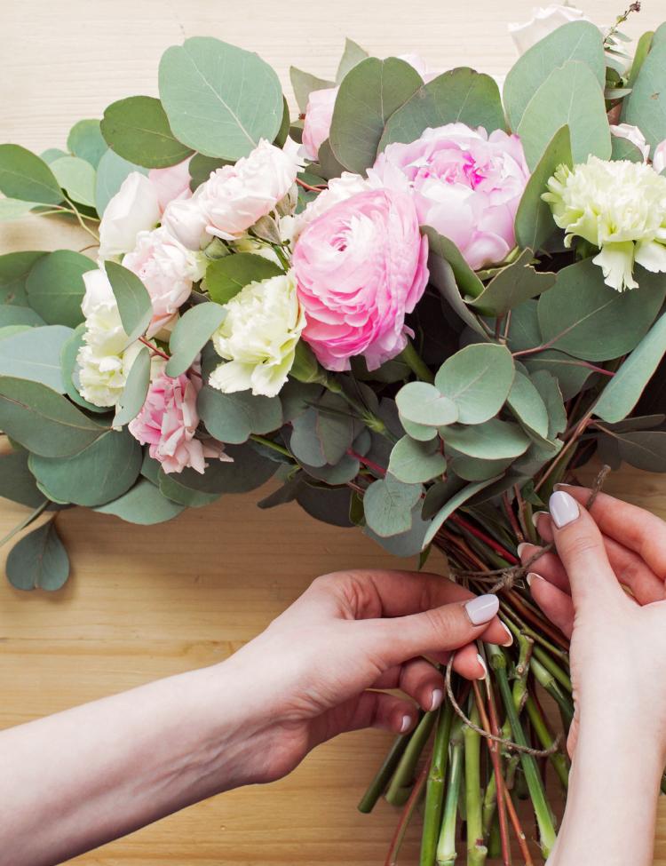 花束を作っている様子