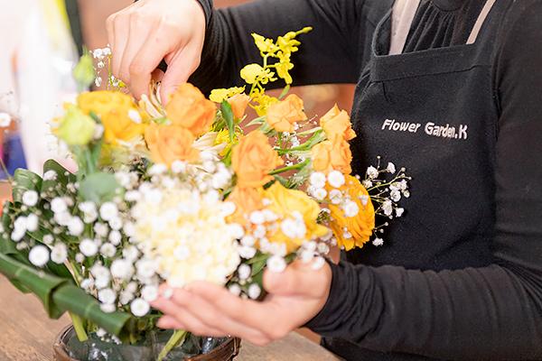 店員が花束を作っている様子