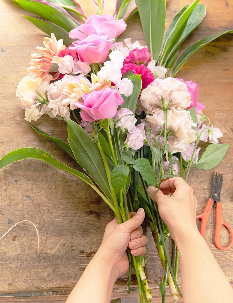 作業台で花束を作っている様子