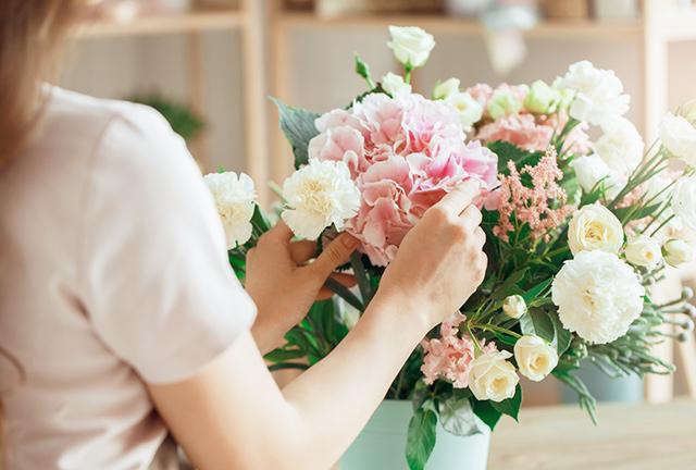店員さんが花束を作っている様子